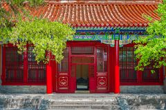 Passage avec les portes chinoises rouges Photos stock