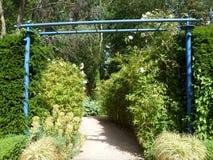 Passage bleu de jardin Photographie stock