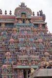 Passage coloré fleuri à un site de temple hindou de point de repère dans Tamil Nadu photographie stock