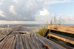 Passage couvert à la plage avec les nuages et l'océan Photographie stock