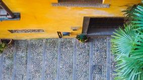Passage couvert étroit d'étape dans la ville de Bellagio Image stock