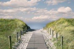 Passage couvert au-dessus des dunes de bord de la mer Photo libre de droits