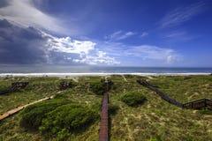 Passage couvert au-dessus des dunes menant pour échouer images libres de droits
