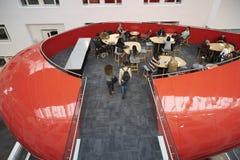 Passage couvert au secteur social de mezzanine d'université, vue élevée photo stock