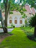 Passage couvert avec de la mousse dans l'église au temple thaï. Images stock