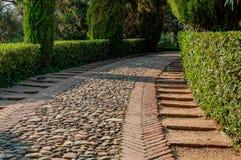 passage couvert bordé de pierre en parc Photo libre de droits