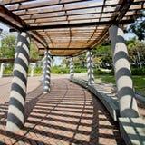 Passage couvert couvert en parc sur Sunny Day photographie stock libre de droits