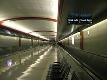 Passage couvert d'aéroport images stock