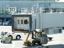Passage couvert d'arrivées et de déviations d'aéroport Image libre de droits