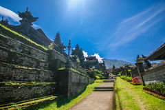 Passage couvert dans le temple de Besakih dans Bali oriental image libre de droits