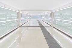 Passage couvert dans un terminal d'aéroport moderne blanc Photos libres de droits