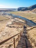 Passage couvert de colline de partie supérieure dans Skogafoss, Islande photo libre de droits