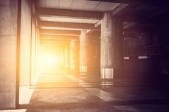 Passage couvert de hall de bâtiment en béton avec la lumière  photographie stock libre de droits
