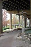 Passage couvert de parc sous la rue de ville Photographie stock