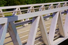 Passage couvert de pont en métal de dessin géométrique Photos stock