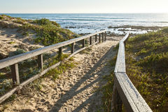 Passage couvert de Sandy à une plage Images libres de droits