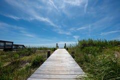 Passage couvert en bois à la plage images libres de droits
