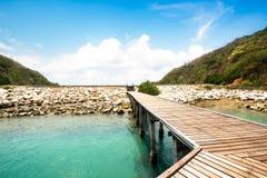 Passage couvert en bois à la plage Photographie stock libre de droits