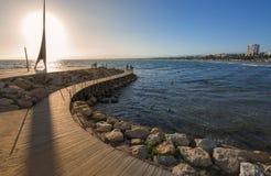 Passage couvert en bois au-dessus de la mer Méditerranée à Salou, Espagne Photo stock