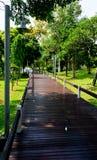 Passage couvert en bois de chemin image libre de droits