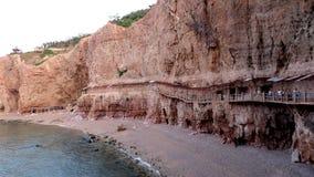 Passage couvert en bois de cliffside Photographie stock libre de droits