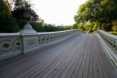 Passage couvert en bois de pont et d'arbres d'arc Photo libre de droits