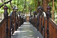 Passage couvert en bois et éclairage dedans en parc Photo stock