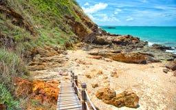 Passage couvert en bois le long de la plage Photo stock