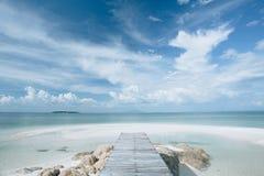 Passage couvert en bois sur la plage photos stock