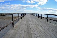 Passage couvert en bois vers la mer Image libre de droits