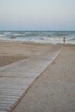 Passage couvert en bois vers la mer Photographie stock libre de droits