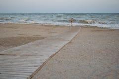 Passage couvert en bois vers la mer Images libres de droits