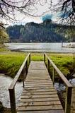 Passage couvert en bois vers le lac loon photo stock