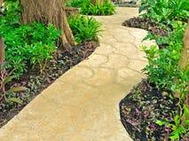 Passage couvert en pierre dans le jardin Image stock