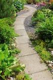 Passage couvert en pierre dans le jardin Photographie stock