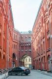Passage couvert entre la place de Novaya et la ruelle de Bolshaya Cherkassky photographie stock libre de droits