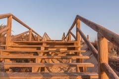 Passage couvert entre les dunes de sable sous le ciel bleu Photo libre de droits