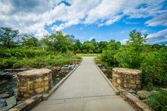 Passage couvert et petit Sugar Creek chez Elizabeth Park, en Elizabeth, images libres de droits