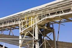 Passage couvert et une bande de conveyeur Image stock