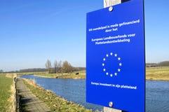 Passage couvert financé d'Union européenne le long de la rivière Photographie stock libre de droits