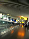 Passage couvert intérieur d'aéroport à déclencher Image stock