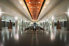 Passage couvert intérieur/mobile du secteur de connexion terminale dans l'aéroport de Shanghai Pudong, Chine Photographie stock