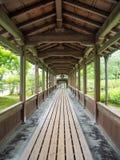 Passage couvert japonais de jardin Photo stock