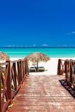Passage couvert menant à une plage tropicale au Cuba Photographie stock libre de droits