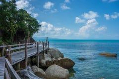 Passage couvert paisible le long de côte d'île Photographie stock libre de droits