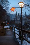 Passage couvert piétonnier au hohensalzburg de forteresse avec de la La de fête Images libres de droits