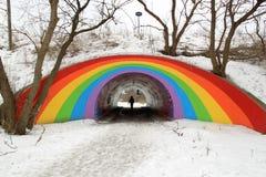 Passage couvert piétonnier décoré d'un arc-en-ciel Photos libres de droits
