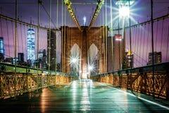 Passage couvert piétonnier vide de pont de Brooklyn avant lever de soleil Photographie stock