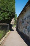 Passage couvert près de barrière de fer Images libres de droits