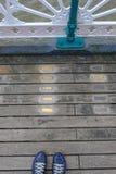 Passage couvert sur le pilier de Penarth avec les plaques commémoratives près de l'art décembre photos stock